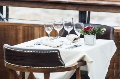 Diner parisien en tête à tête sur péniche